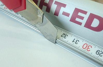 Кормка из легированной стали, препятствует образованию задиров от ножа