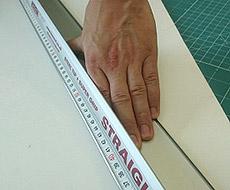 Защитный упор позволяет без опасности прижимать линейку к столу в процессе реза