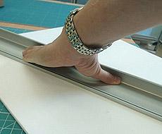 Рука полностью закрыта от лезвия ножа